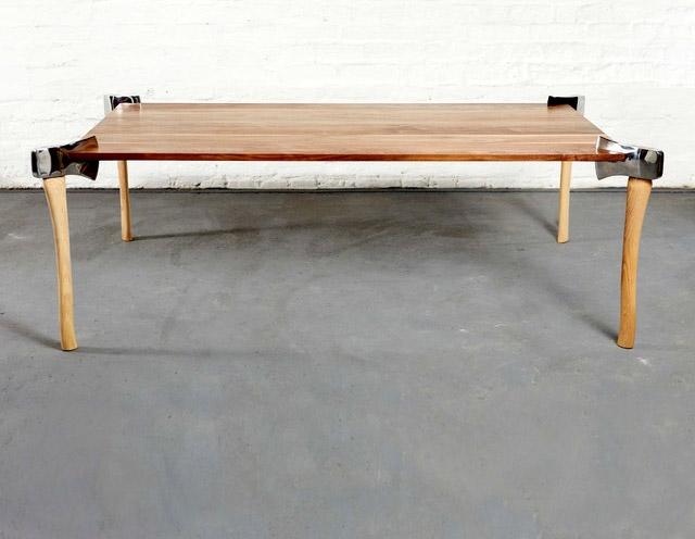 Table avec des haches pieds